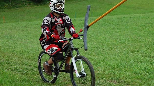 Příznivci adrenalinu mohou zdolávat překážky a skoky v bikeparku. Ostatní mohou vyrazit na sjezdovku na trojkolce či koloběžce.