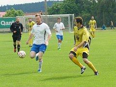 Fotbalisté Bohdalova (ve žlutých dresech) suverénně ovládli letošní ročník okresního přeboru a po čtyřech letech se vrací zpět do krajských soutěží na Vysočině.