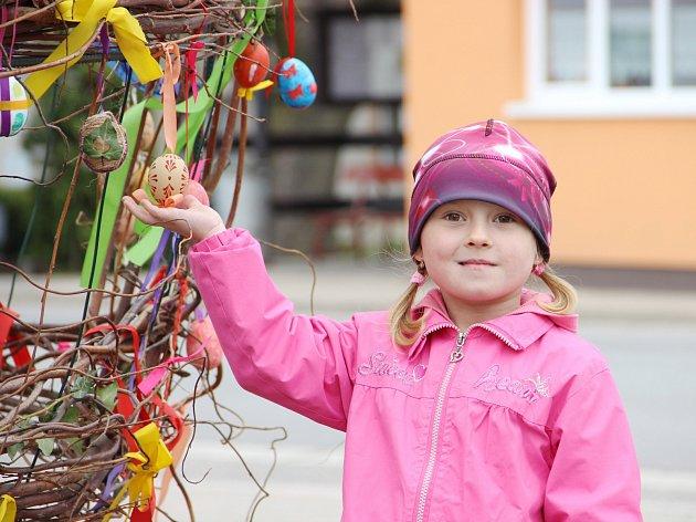 Netradiční velikonoční výzdobu mají ve Štěpánově nad Svratkou. U kostela svatých Petra a Pavla mají obří vejce ozdobené desítkami kraslic. Prohlížejí si je místní i turisté.