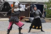 Šermíři na cestě k mocnému meči a královnině srdci museli svést boj s černým rytířem. Jak si vedou, královna pozorně, i když zpovzdálí, sledovala.