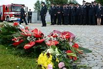 Po rodinném obřadu v obřadní síni na Zelené hoře se před ní uskutečnilo rozloučení stovek hasičů z celého okresu s nestorem žďárských dobrovolných hasičů Karlem Heroldem.