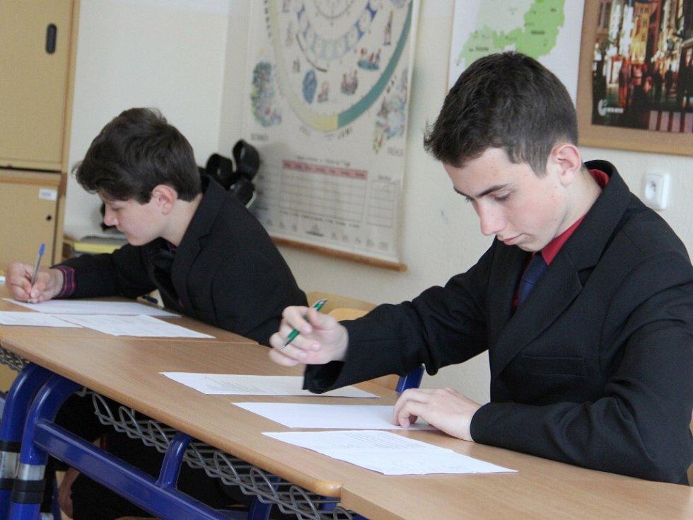Závěrečné zkoušky z českého jazyka a matematiky absolvovali tento týden všichni žáci z devátého ročníku žďárské základní školy Švermova. Ve třetí části zkoušky museli zvládnout prezentaci před publikem, kterou kompletně připravili.