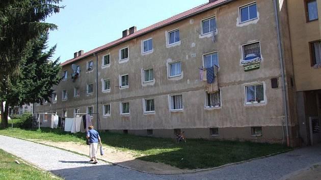 Jeden ze žďárských bytů tohoto domu ukrýval kila trhavin. Část byla zlikvidována, zbytek zkoumají odborníci.