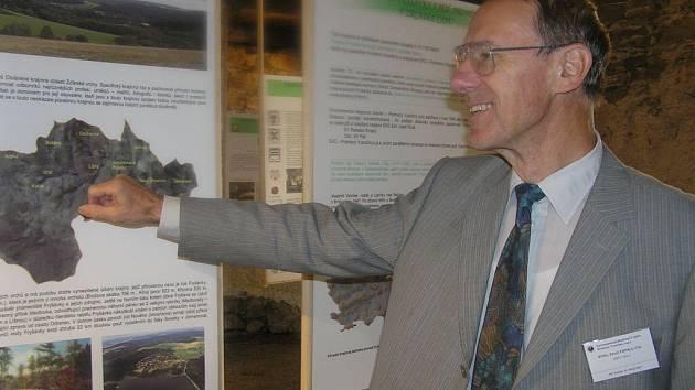 Pavel Trnka, jeden z autorů výstavy, novinářům podal informace k osmnácti vystaveným panelům.