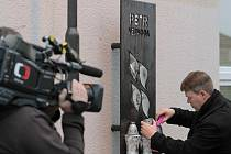 Vedení školy, desítky žáků a rodina položili 14. října ve Žďáru nad Sázavou květiny u pamětní desky před školou jako vzpomínku na spolužáka Petra Vejvodu. Šestnáctiletý student zemřel před rokem, když bránil spolužačku před útokem psychicky nemocné ženy.