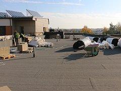 Na střechu budovaného dětského pavilonu bude v následujících dnech navezena ještě zemina.