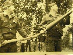 Na dnes již historické fotografii jsou zachyceni členové Sboru dobrovolných hasičů v Bystřici nad Pernštejnem při výcviku v 80. letech minulého století.