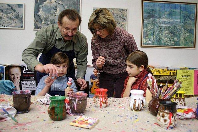 Lidové dřevěné hračky vymalovávaly děti ve Staré radnici ve Žďáře nad Sázavou.