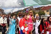 Dva průvody studentů ze středních škol na opačných koncích města ve čtvrtek v poledne prošly Bystřicí nad Pernštejnem, aby se sešly v amfiteátru na Masarykově náměstí. Tam se uskutečnilo zahájení studentské slavnosti Majáles Zubří země.