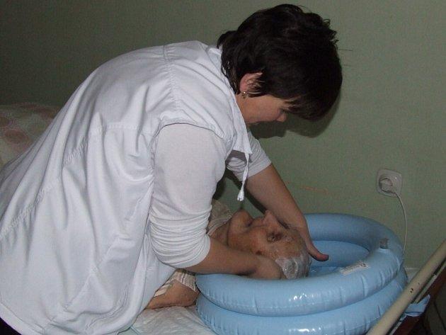 DŮSTOJNÉ A POHODLNÉ. Nafukovací bazének umožňuje pohodnlné mytí vlasů přímo na lůžku.