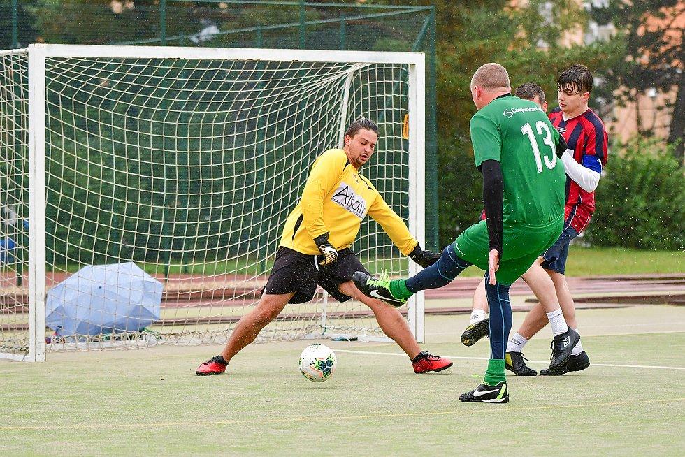 Famózní sobotu prožili ve čtvrtém kole Žďárské ligy fotbalisté Diparu (v červeném). Nejprve totiž zdolali favorizovaný tým BKS (v modro-žlutém) 3:2 a pak dokonce i obhájce titulu Benjamin 3:1.