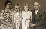 Rodina Musilova - zleva Růžena Musilová, mladší dcera Dagmar, starší dcera Marie, Cyril Musil.