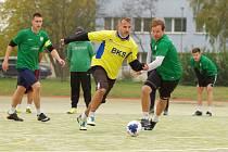Na čele tabulky elitní soutěže Žďárské ligy malé kopané se po podzimu vyhřívá tým BKS (ve žlutých dresech).