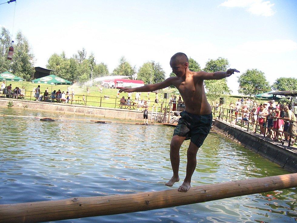Blažkovské závody přes rybník se od roku 1947 konaly téměř nepřetržitě.