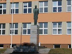 Originál Masarykovy sochy od sochaře Vincence Makovského stojí před bystřickou školou.