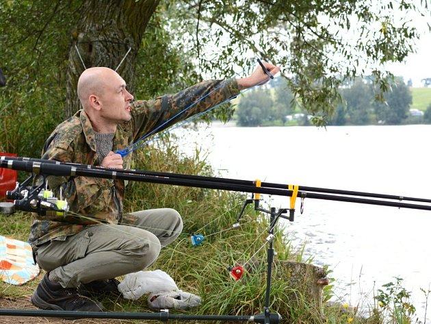 Ačkoliv se v posledních dnech kvalita vody v některých rybnících na Žďársku zlepšila, aktuální počasí ke koupání neláká. Na své si tak přijdou hlavně rybáři, jako například u Pilské nádrže ve Žďáře nad Sázavou.