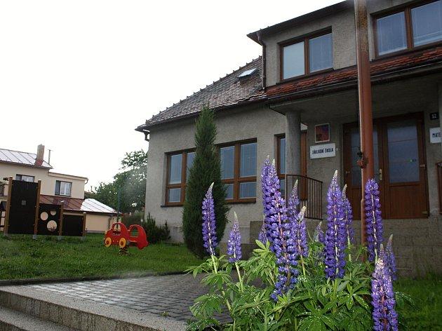 Ve školní budově v Křídlech sídlí i mateřská školka.