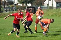 Díky dvěma gólům Buřvala vyhráli fotbalisté rezervy Radešínské Svratky (v oranžovém) na hřišti Sněžného 2:0.