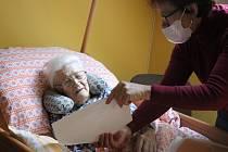 Anděla Jůdová má přechodný domov v novoměstském domě s pečovatelskou službou. Až její dcera zvládne nejhorší nápor práce, vezme ji zase domů.