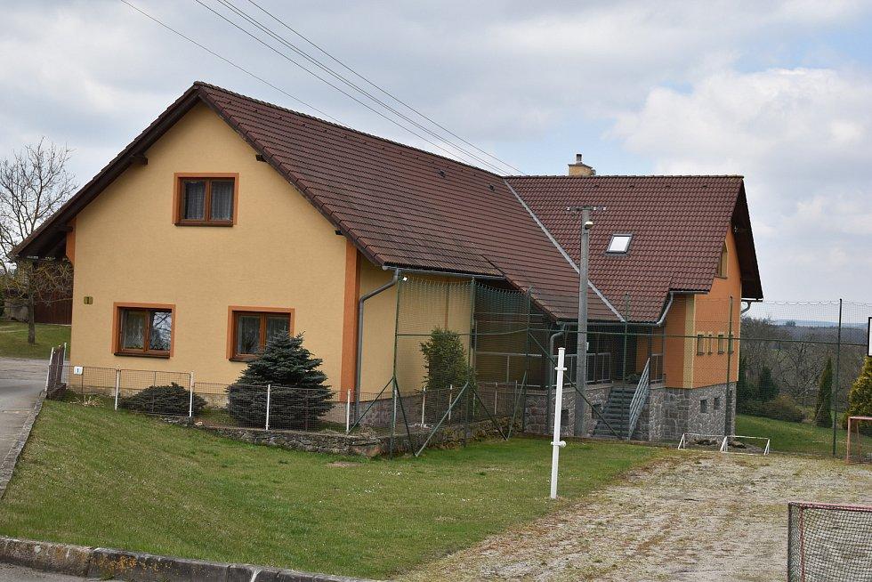 V Milasíně žije necelých padesát obyvatel.
