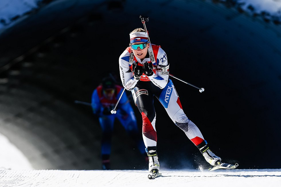 Lucie Charvátová ve stíhacím závodu žen na 10 km.