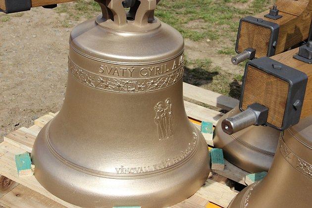 Svatý Cyril a Metoděj - největší z nových zvonů, se závěsem váží kolem sta kilogramů. Zvonit bude z hlavní věže poutního kostela.