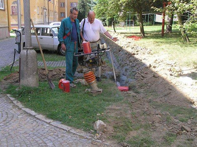 """Nad rozkopáním nově opravené silnice kroutí nevěřícně hlavou lidé ve žďárské místní části """"Stalingrad""""."""