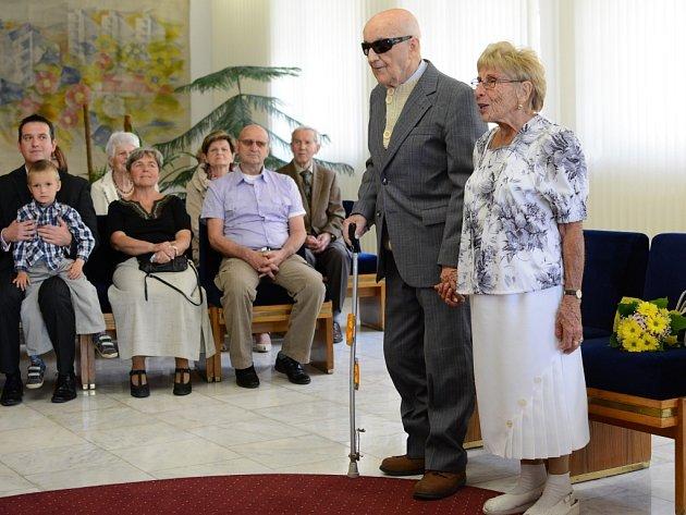 Výjimečné výročí, šedesát pět let společného života, oslavili manželé Irena (vlevo stojící) a Luboš Holoubkovi ze Žďáru nad Sázavou.