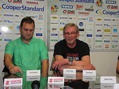 Trenér Michal Konečný (vlevo) je rád, že Plameny budou hrát i nadále skupinu Střed.