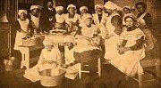 Nepřeberné množství starých receptů nabízí i dochovalé kuchařské knihy. Na snímku jsou  členky kuchařského kurzu tehdejší oblíbené autorky kuchařských knih z počátku 20. stoeltí Anuše Kejřové.