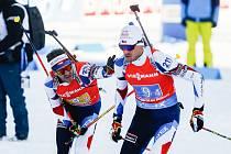 Milan Žemlička na předávce s Adamem Václavíkem v závodu Světového poháru v biatlonu - štafeta 4 x 7,5 km mužů.