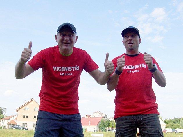 Trenérské duo Pavel Kříž (vlevo) a Josef Novák dovedlo fotbalisty Radešínské Svratky ke druhému místu v letošním ročníku I. B třídy – skupiny B a tím i k postupu o patro výš.