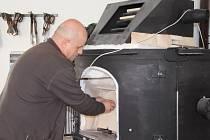 Na zážitkovou turistiku se zaměřuje nová sklářská huť ve Škrdlovicích (na snímku Karel Švanda u tavicí pece). Návštěvníci si tam pod dohledem sklářského mistra budou moci sami vyrobit suvenýr. V huti bude fungovat i prodejna skleněných výrobků.