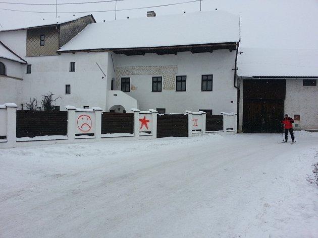 Vandal pomaloval plot Zemanova souseda v Novém Veselí.