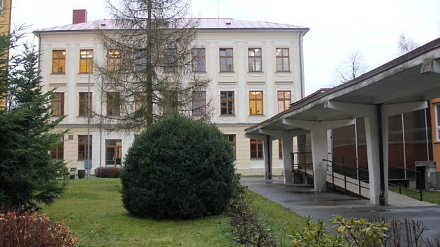Základní škola (vlevo), gymnázium (uprostřed) a jídelna (vpravo) budou spojeny chodbou.