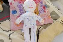 Panenky, na kterých jsou dětem přibližovány zákroky, ušily novoměstské vychovatelky.