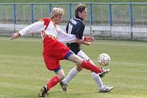 Fotbalisté Velké Bíteše (v červenobílém) poprvé prohráli na stadionu pod Budínem.