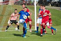 Na úvod nové sezony třetí ligy si hráči Velkého Meziříčí (v červeném) dělili body s Dolním Benešovem (v modrých dresech).