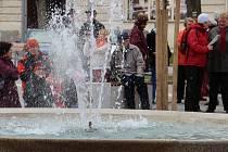 Žďárští v sobotu otevřeli opravené náměstí a pustili vodu do městských kašen.