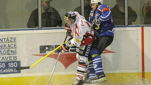 Hokejisté Velkého Meziříčí (v modrém) po vítězství nad Břeclaví prohráli v další přípravě v Hodoníně.