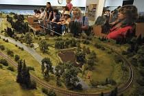 Stavbu obřího modelového kolejiště s námětem Vysočiny dokončují železniční modeláři ze Žďáře nad Sázavou. Na ploše o pětapadesáti metrech čtverečních je šest set metrů kolejí, sedmdesát vlakových souprav a 180 výhybek.