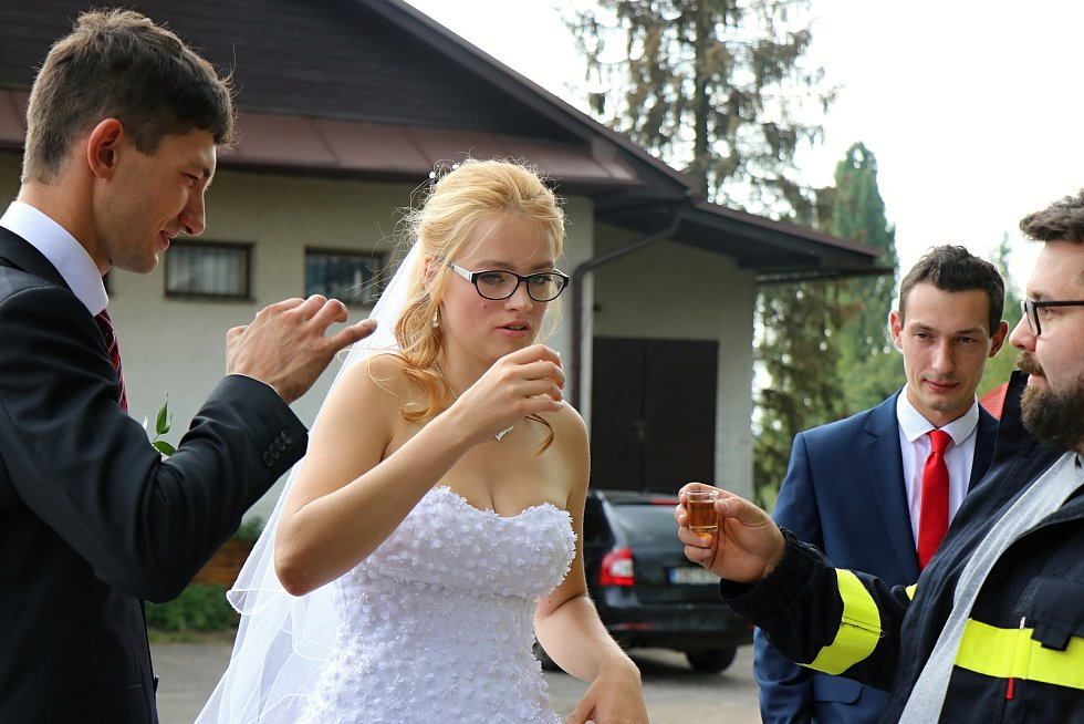 Dobrovolní hasiči se vždy ve svůj svatební den musí podrobit zkoušce. Nejinak to bylo i v případě novomanželů Ondráčkových.