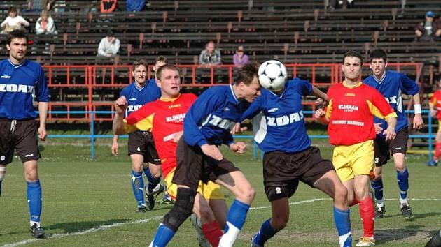 Jediným hráčem, který se z rezervy dostal do A-týmu Žďáru, je záložník Pavel Sáblík (s míčem).