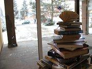 Symbol Vánoc ve žďárské knihovně je složený stylově z knih.
