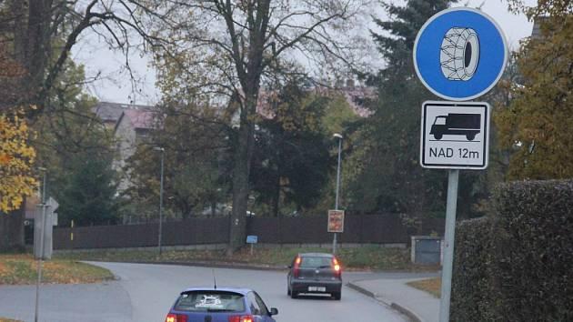 Řidiči nákladních aut musí na Žďársku počítat s tím, že při sněhu na silnici mohou do některých úseků vjet jen s nasazenými sněhovými řetězy. Platí to i pro silnici z Nového Města na Moravě do Sněžného.