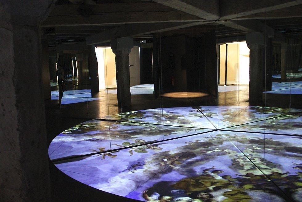 Hudba, světlo, stíny, pohyblivé obrazy na podlaze - to je Kaleidoskop, vstupní vjemový prostor do barokní části výstavy.