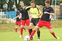 2:0. O druhý gól Vrchoviny se v derby proti Štěpánovu postaral divizní fotbalista Michal Skalník (třetí zprava).