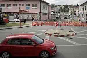 Začala výstavba okružní křižovatky ulic Třebíčská, Hornoměstská a Pod Hradbami ve Velkém Meziříčí.