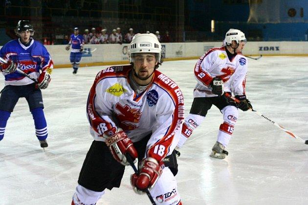 ZAČNOU NA DOMÁCÍM LEDĚ. Žďár (vepředu obránce Ludvík Říčan) se v semifinále utká s Moravskou Třebovou.