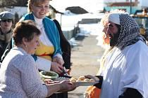 Průvod masek obchází každé stavení ve vesnici. Ten, kdo otevře, dostane dáreček, maškary se na oplátku mohou těšit na občerstvení v podobě zákusků, jednohubek, koláčků a sem tam i nějaké té štamprličky.